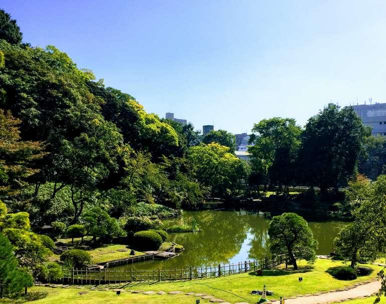肥後細川庭園、嵐山の風景を模している。