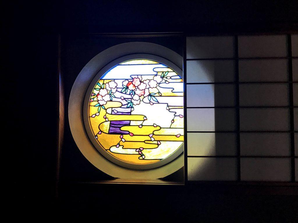 中2階は息を呑む美しさで上質なステンドグラスは和製です。