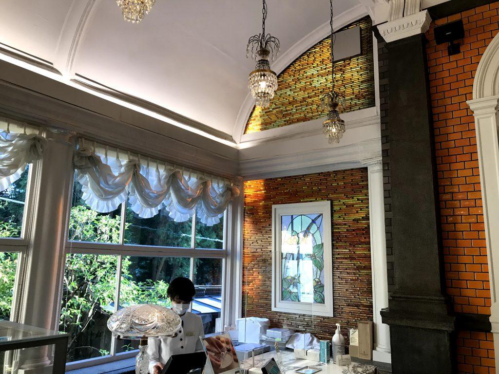 ステンドグラスやシャンデリアなどの内装はそのまま使っていて、建物のみならず調度品も京都市有形文化財に指定されています