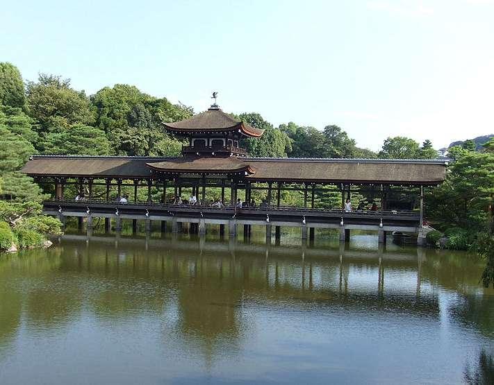 東神苑。大正時代に京都御所から移築された尚美館(貴賓館)と泰平閣(橋殿)