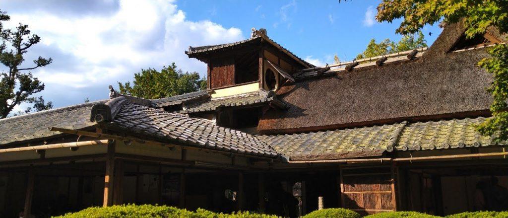 むくり屋根は低姿勢や首を垂れるなどを表している