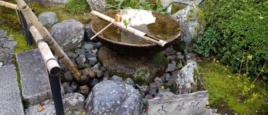 庭にある水琴窟は非常に美しい音色です