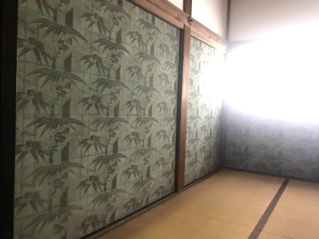 曼殊院は竹之内御殿と呼ばれていてこの襖絵は版木を用いて描かれている。竹と雲が描かれている