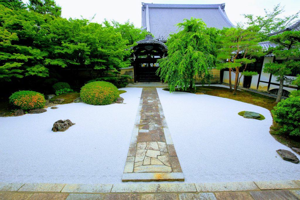客殿前「龍華飛翔の庭(四海唱導の庭)」枯山水