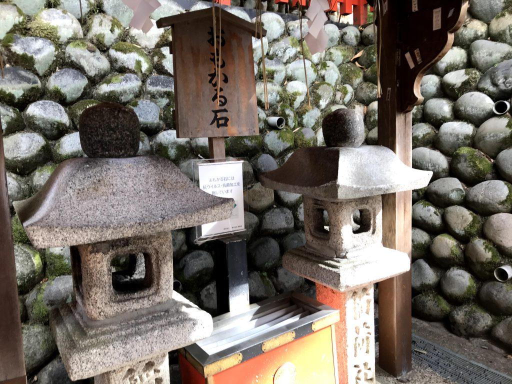 おもかる石:参拝の出発点 灯籠の頭の石、願い事をしながら持って重かったら叶わない軽かったら叶うというもの