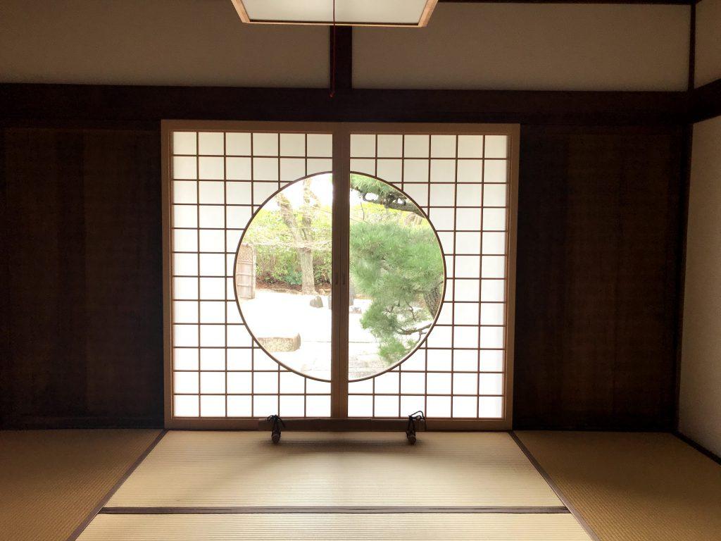 光明院・火頭窓とかこれがやっぱり鎌倉期の建築の特徴なんですけれどもそれまで窓はまあ風通しとか機能的なものでしかなかったですよね。でこの窓を通して世界をみるのは額縁効果と言いますが。額に見立てて向こうの世界を見るという感覚これが禅宗様と言われてますけども鎌倉期以降に中国から取り入れた建築のデザインの最たるものでは火頭窓、丸窓などが最先端だったのです。