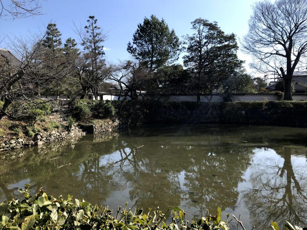 満腹時も禅寺なので 総門山門、三門の前には池