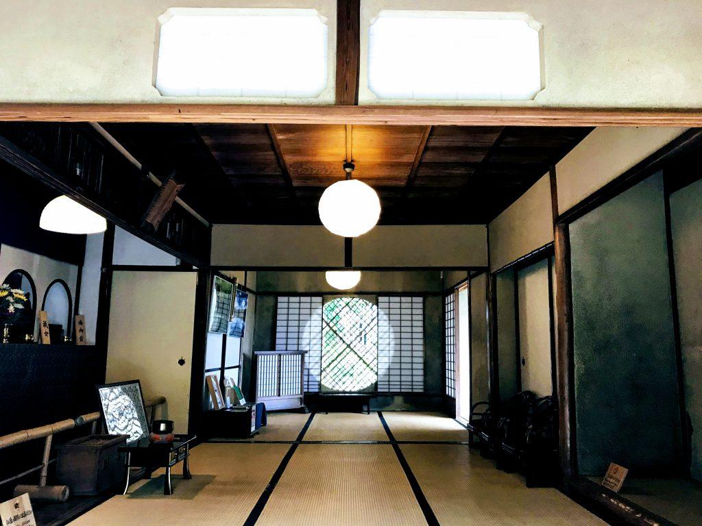 丸い窓は吉野窓